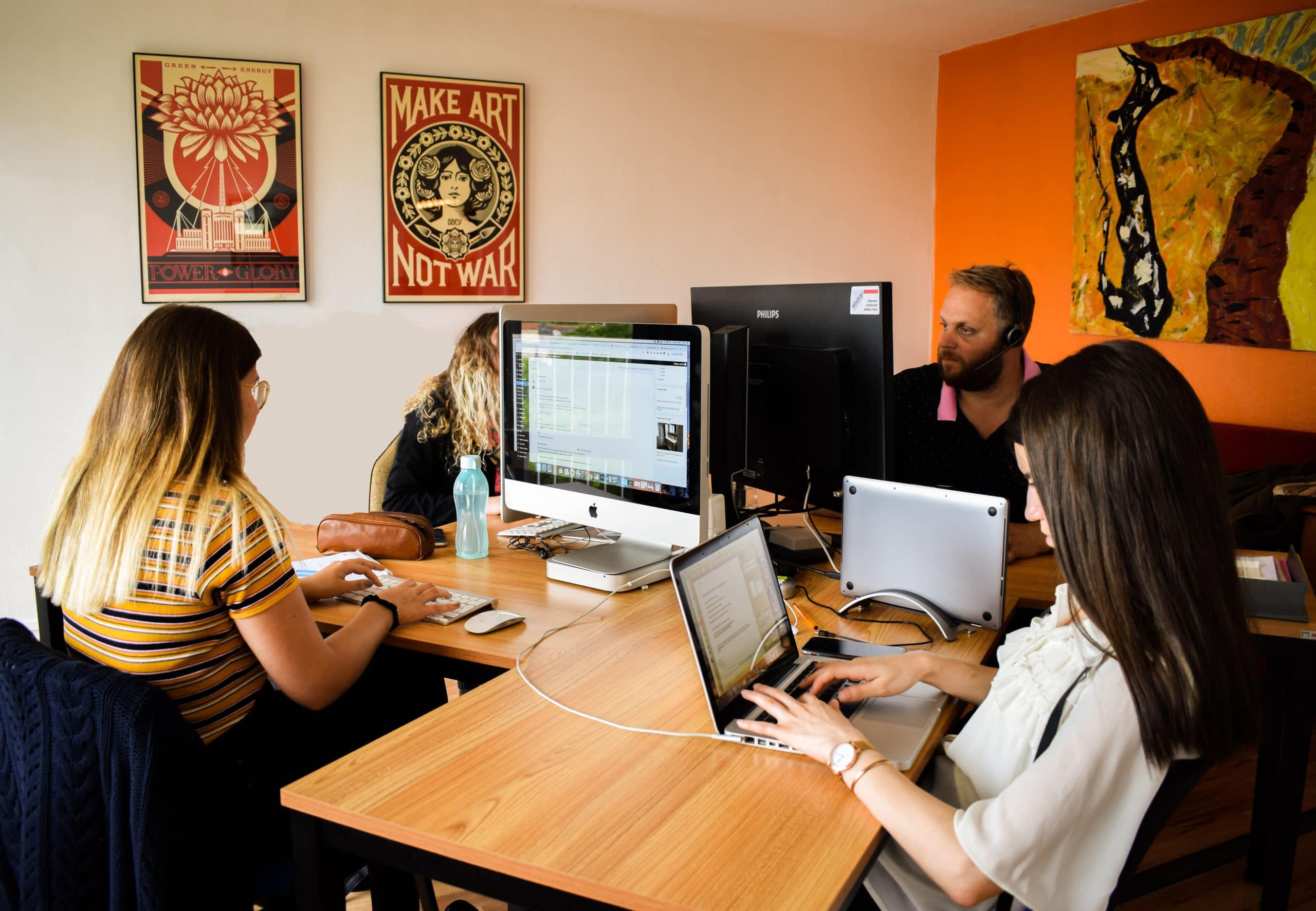 Coworking à Mulhouse disposition bureaux et collaborateurs